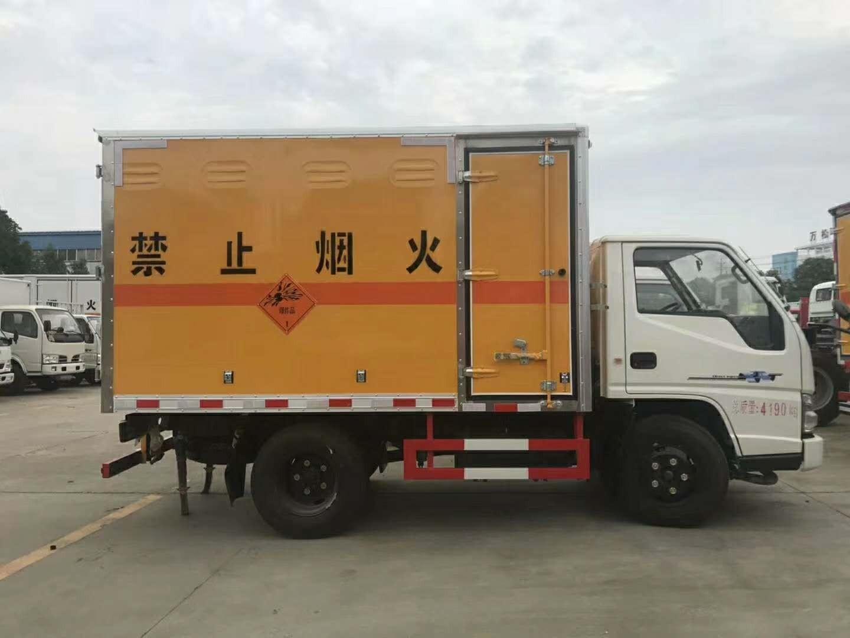 东风箱式危险品运输车