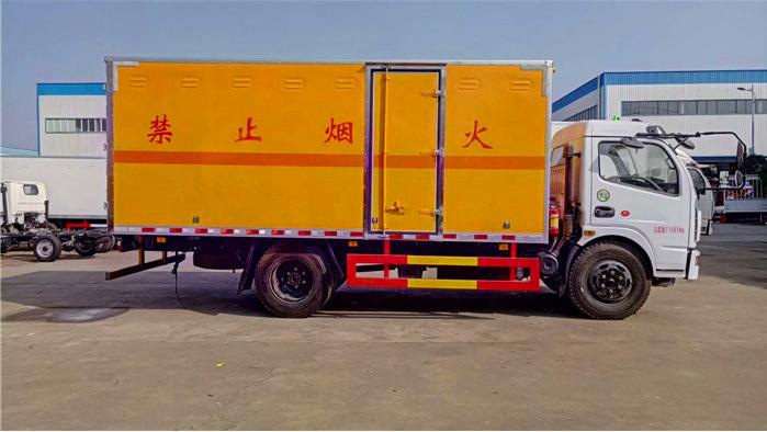 东风大多利卡5.1米民爆运输车