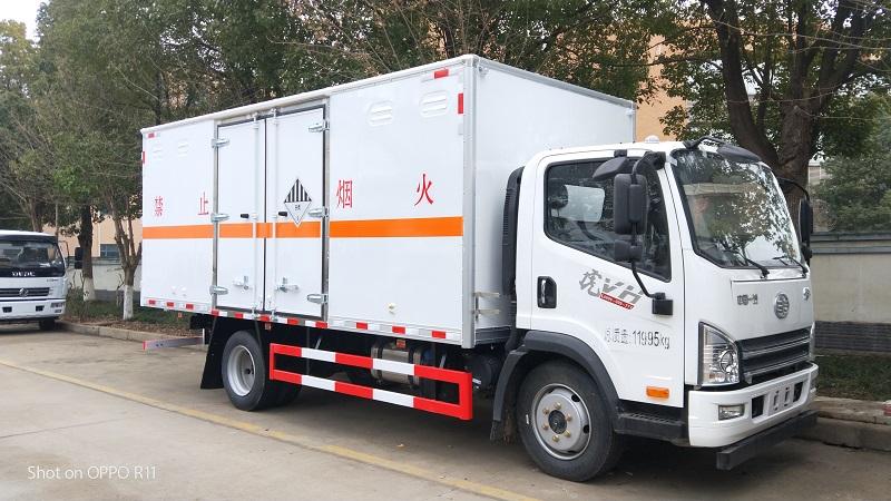 解放5.2米危险品9类杂项厢式运输车厂家报价配置 视频