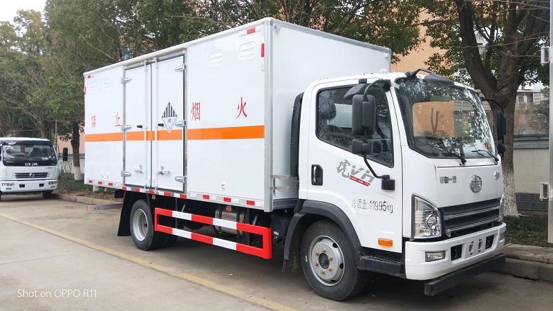 解放虎V黄牌5.2米杂项危险品厢式运输车参数配置图片