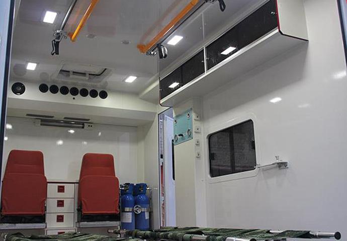 依維柯方艙急救型救護車圖片