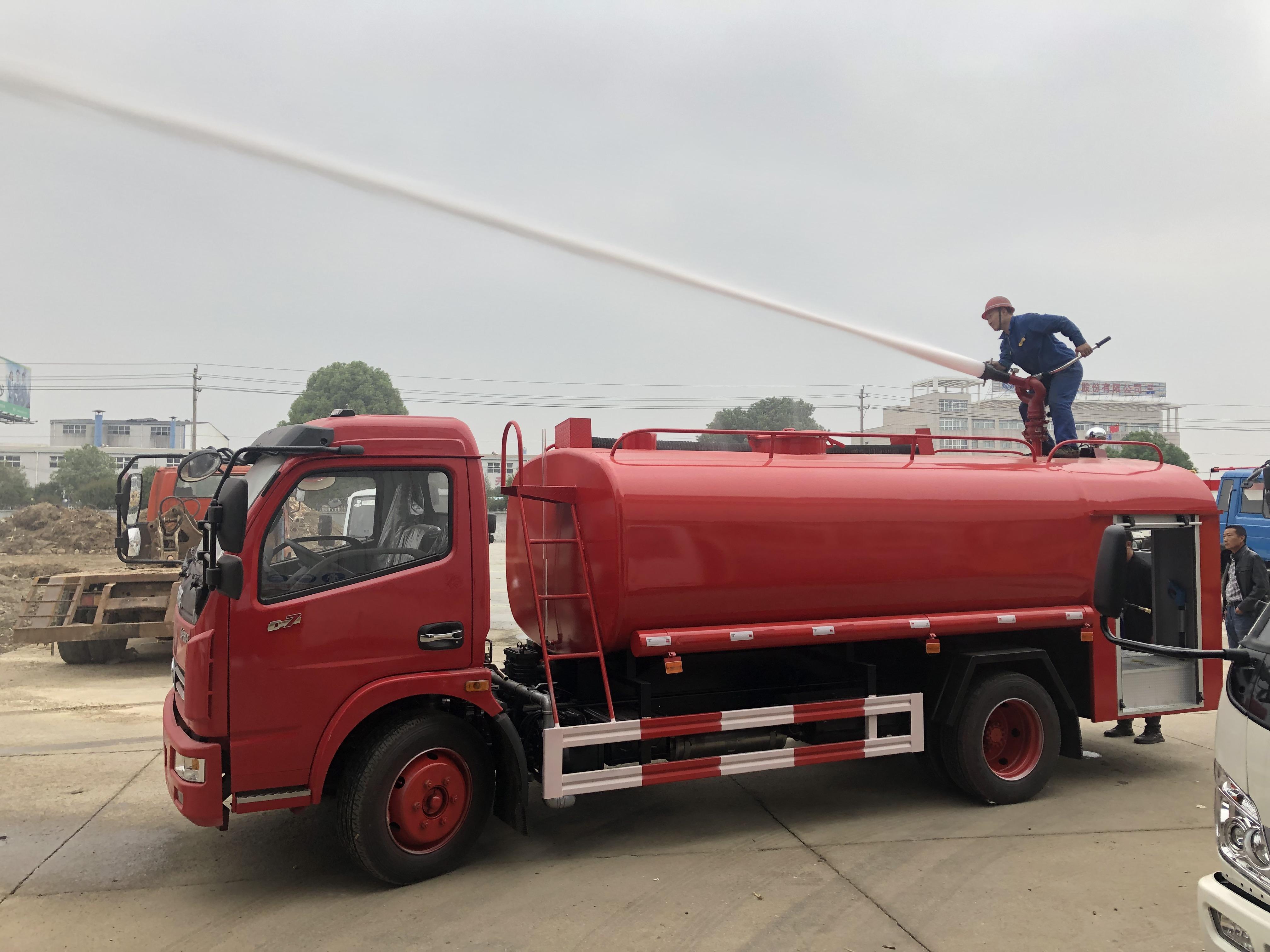 东风多利卡8方消防洒水车前冲,后洒,消防炮作业视频视频