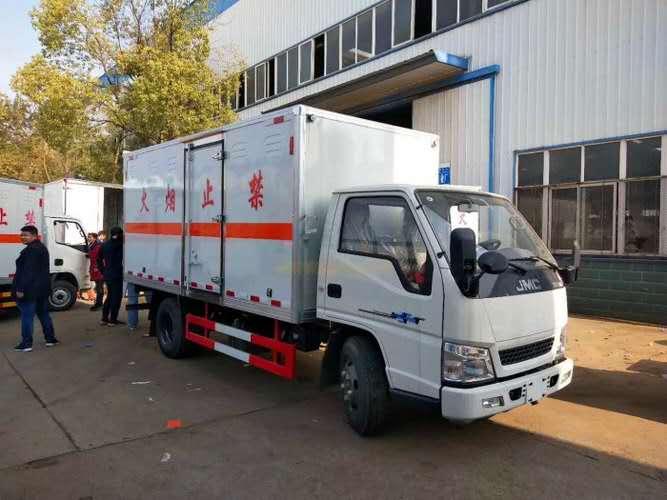 江铃顺达黄牌载重3吨易燃液体厢式运输车
