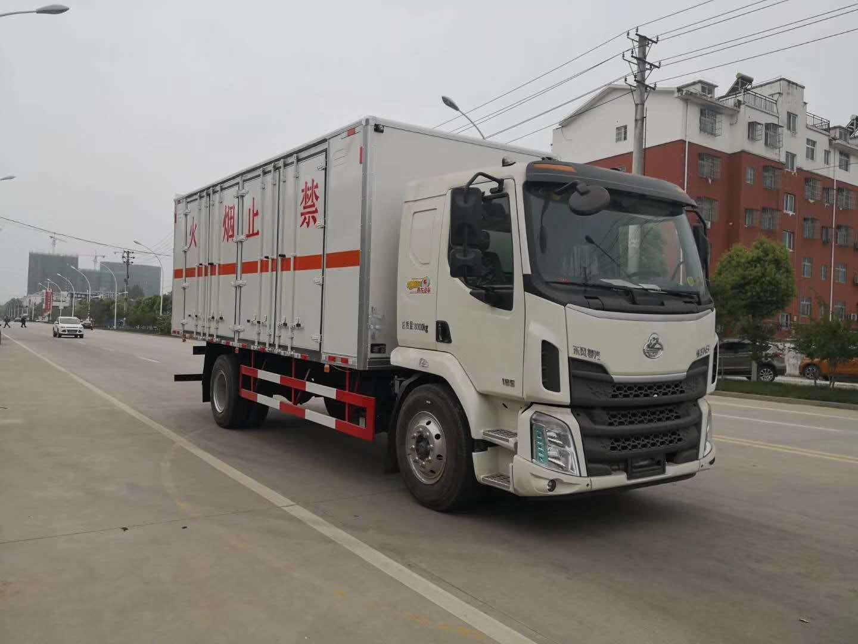 柳汽乘龙载重10吨爆破器材运输车