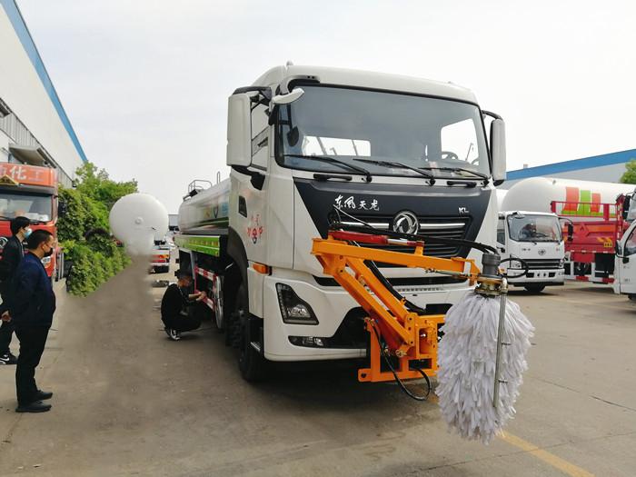 国六天龙绿化喷洒车加装护栏清洗