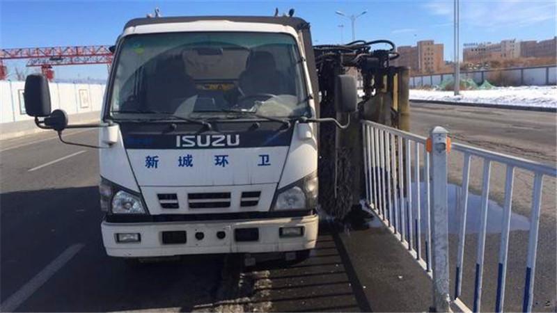 安全了!城市道路隔离护栏 清洗车分分钟搞定
