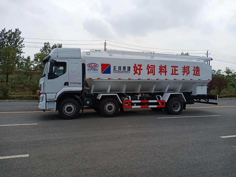 柳气乘龙35方散装饲料运输车发车图片