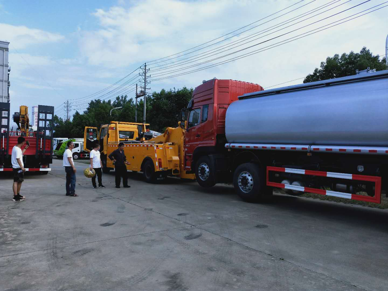 13吨解放J6拖吊联体大拖车厂家拖前四后八车型的操作视频