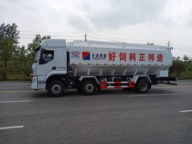 柳汽小三轴国六散装饲料运输车首发图片