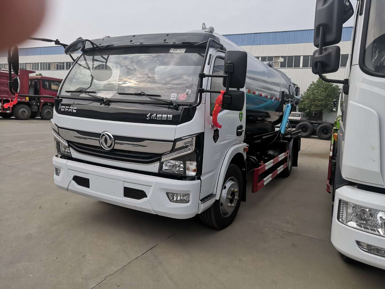 国六东风多利卡8吨吸污车