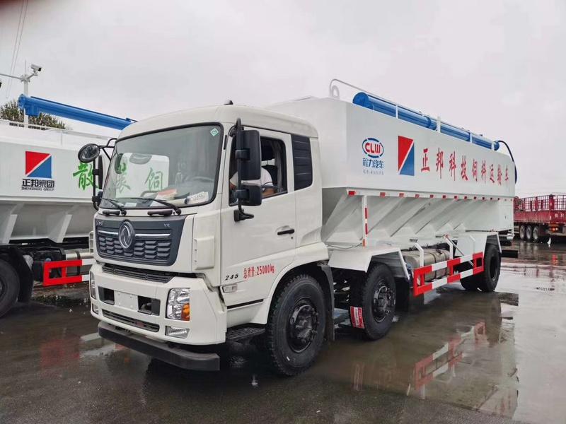 正邦科技东风天锦前四后四30方散装饲料车发财雨中发车
