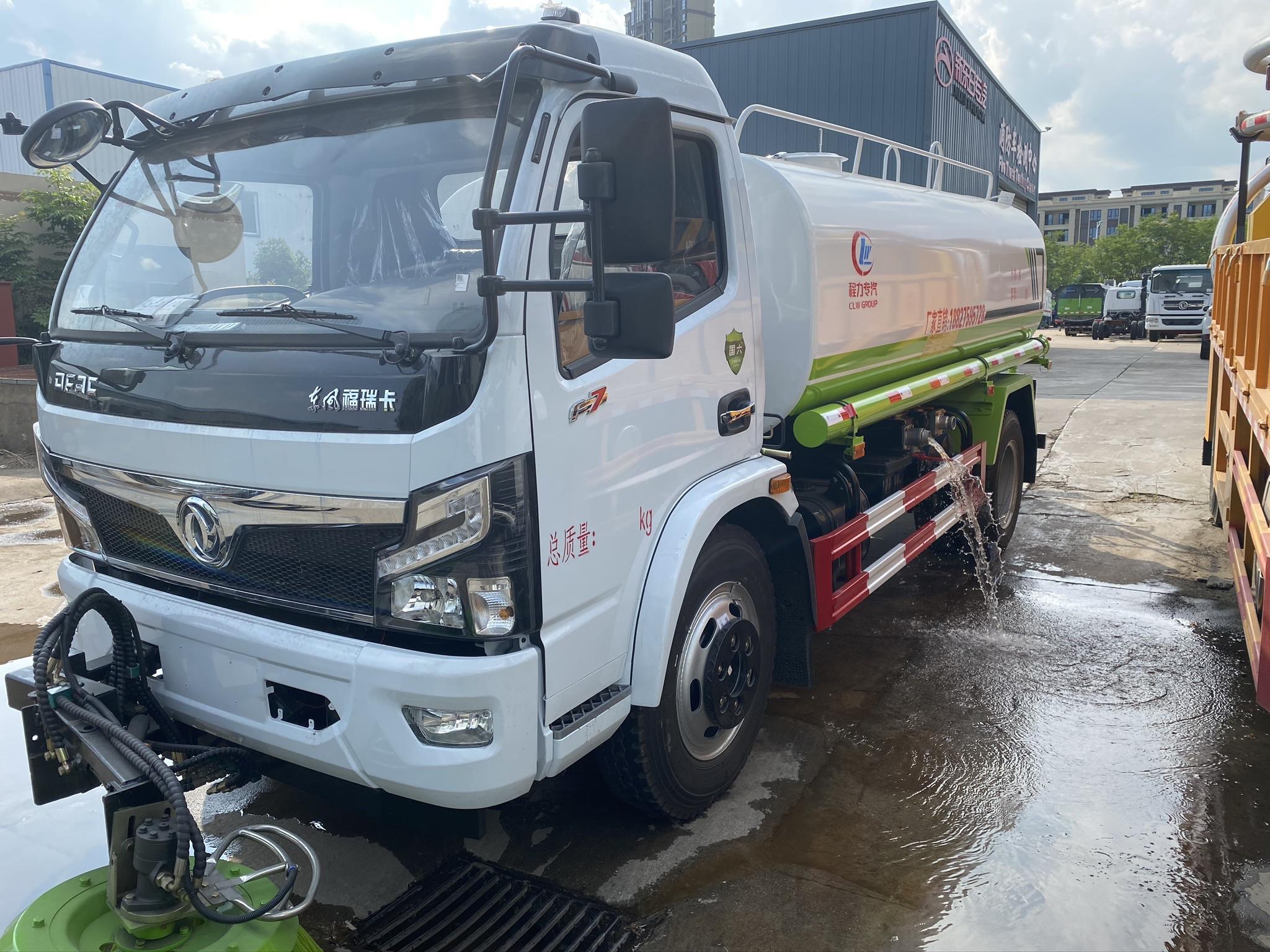 国六洒水带扫路车图片