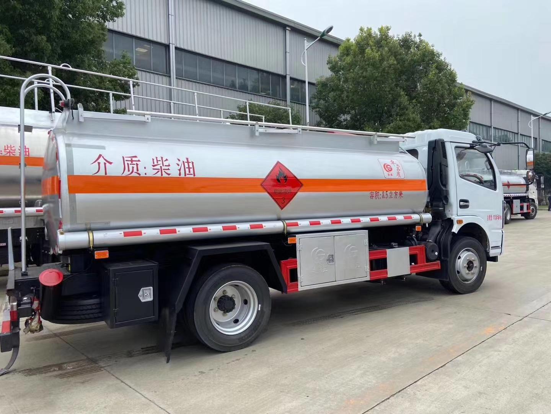 国六八吨加油车图片