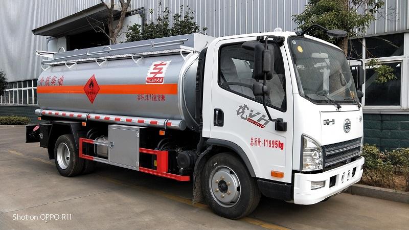 解放8吨油罐车 专威牌HTW5120GJYCAC型加油车图片