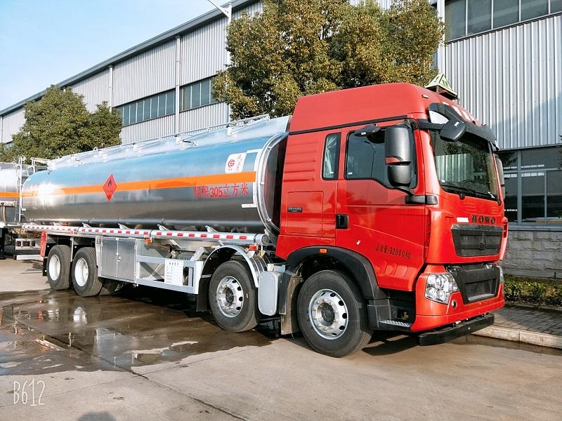 28吨重汽豪沃前四后八30.5方铝合金油罐车厂家参数 视频视频