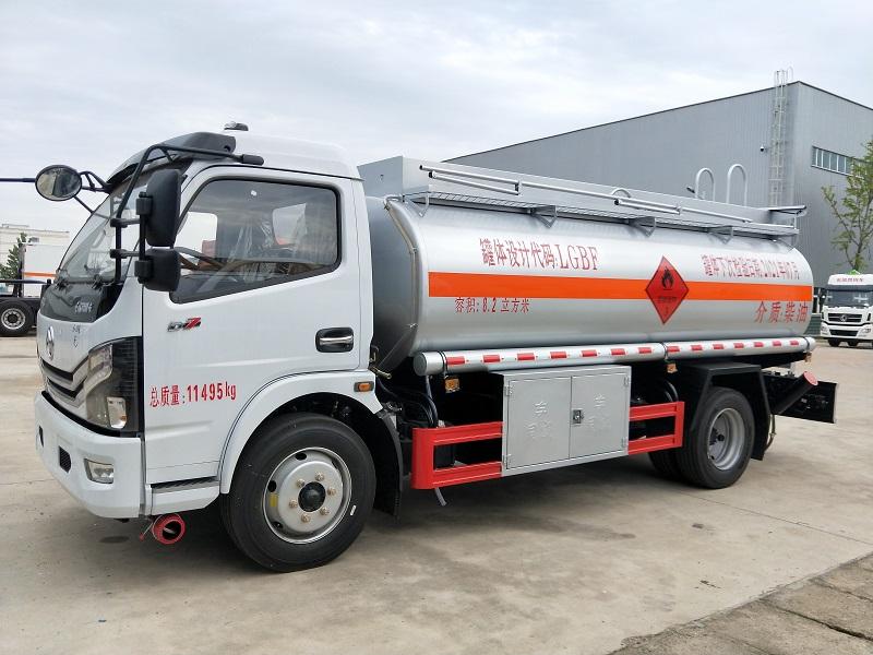 新款8吨油罐车 高端东风多利卡8.2方加油车豪华高配图片