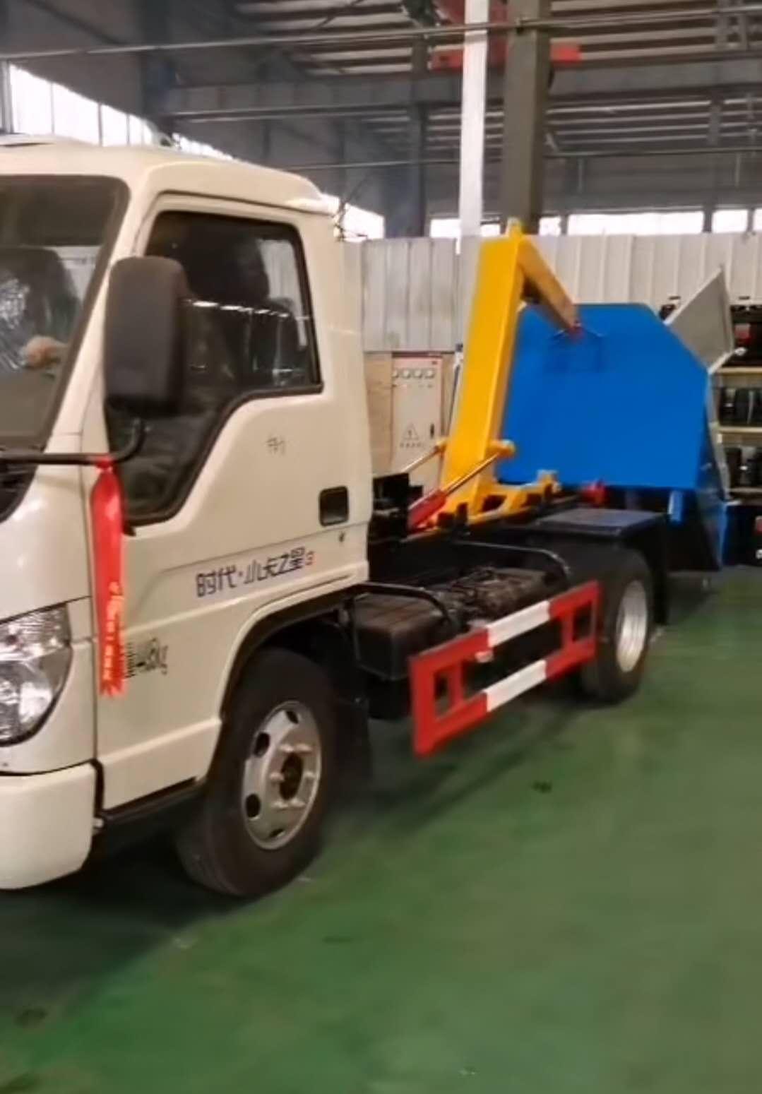 福田小卡之星勾臂垃圾车厂家拖3方垃圾箱操作视频视频