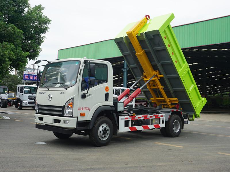 12吨大运勾臂垃圾车视频