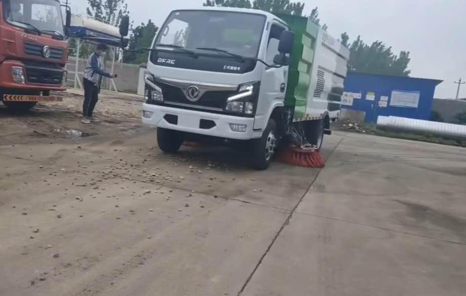 5方扫路车厂家国六东风扫路车客户清扫地面石子视频视频