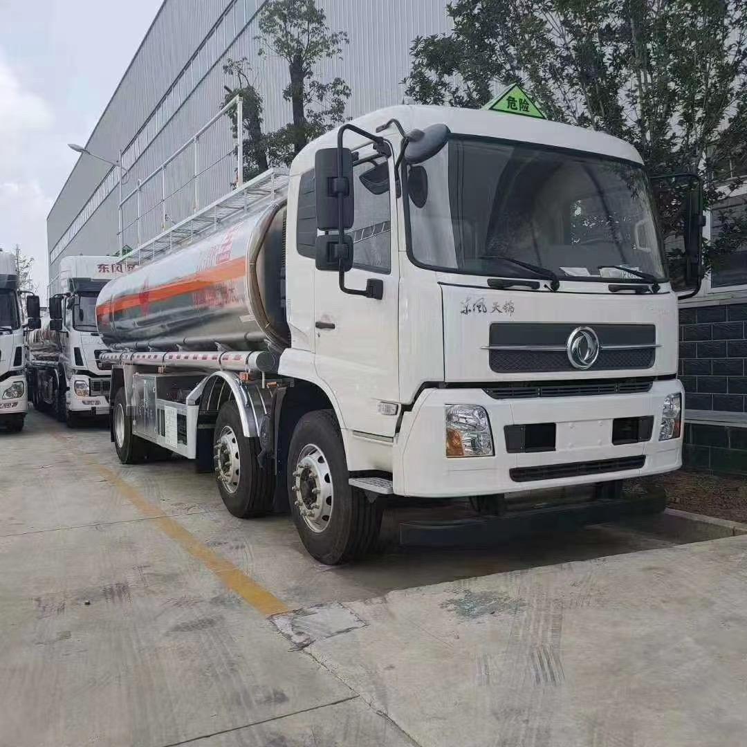 国六小三轴15吨油罐车