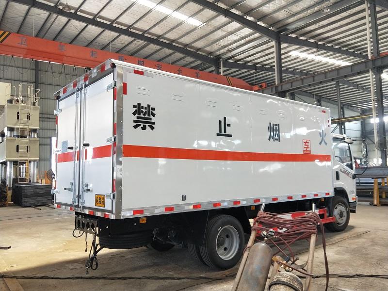 解放J6F国六气瓶运输车厂家 黄牌5米2危险品厢式运输车视频
