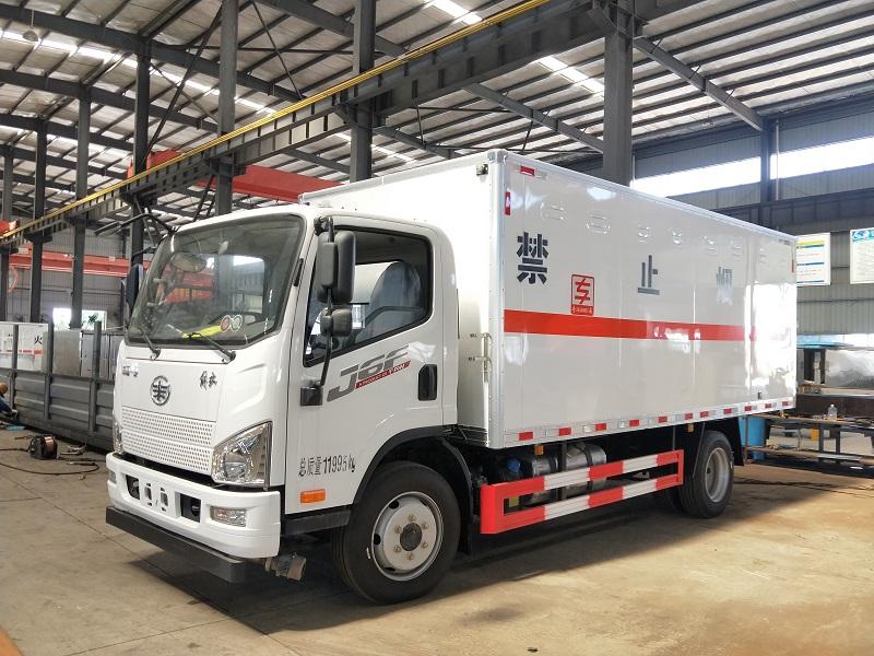 5.2米国六气瓶运输车 国六解放J6F黄牌5米2危险品厢式车视频
