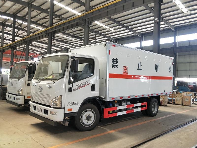 解放J6F国六黄牌5米2危险品厢式车 氧气瓶运输车视频视频