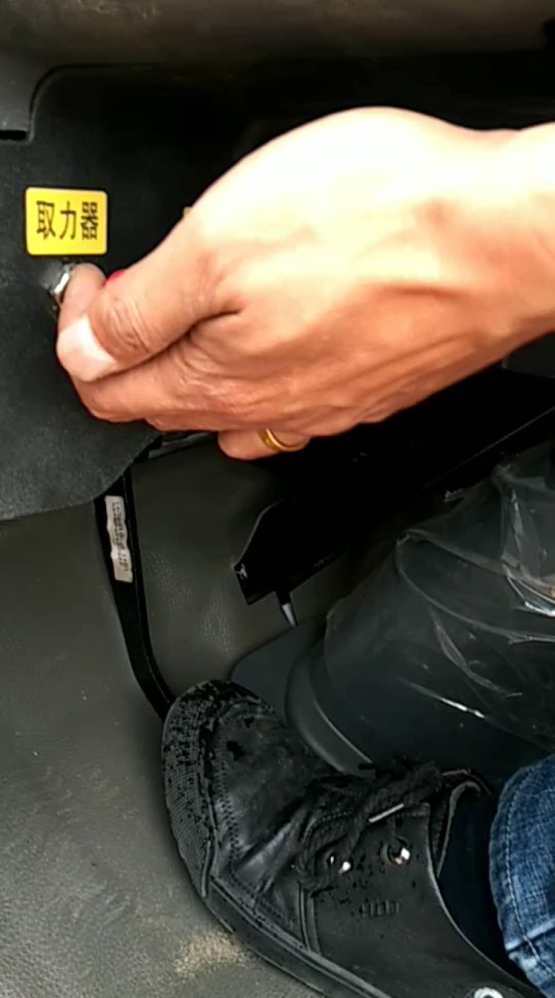 雾炮车洒水车使用流程操作视频1-6(3)踩下离合后打开取力器视频