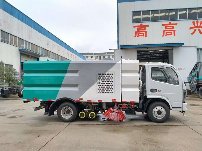 国六5.5方东风小多利卡洗扫车清扫施工现场视频