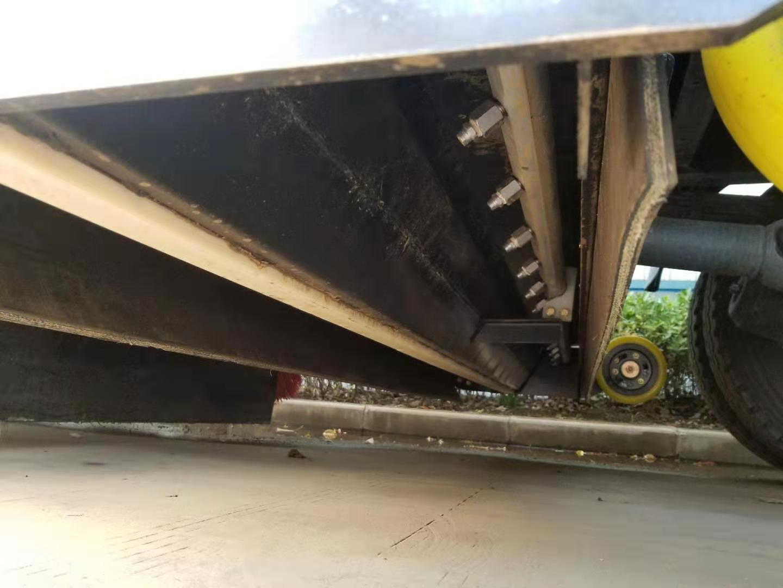 国六重汽洗扫车冲洗路面特写视频视频