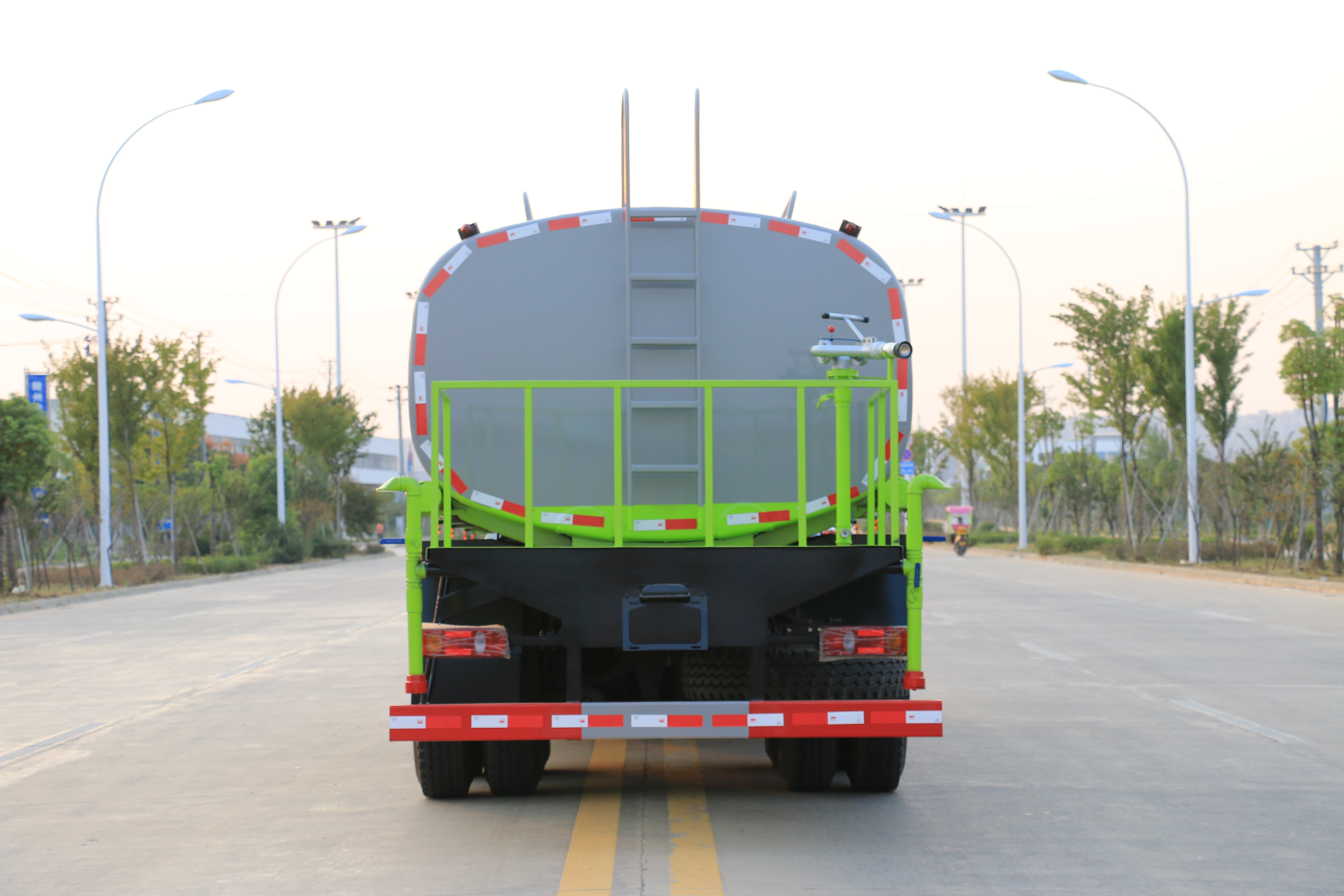 多功能洒水车(后双桥 18吨)图片
