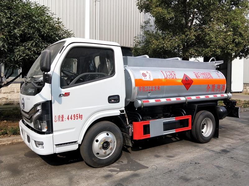 蓝牌油罐车厂家批发价  东风多利卡2.3方加油车参数视频视频