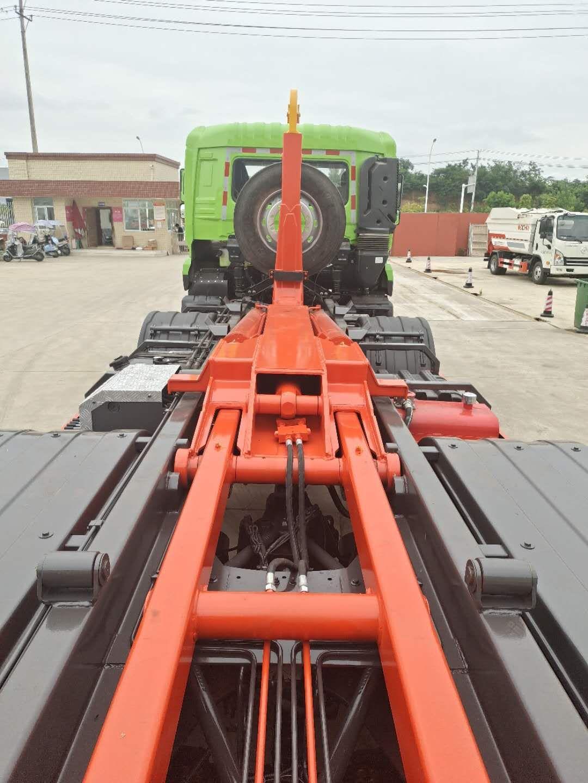 25吨东风钩臂垃圾车配套20吨压缩垃圾箱使用视频图片