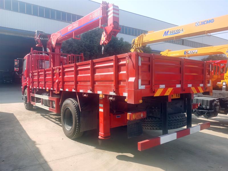 济宁四通8吨随车吊,东风D17-Z商用车8吨随车起重运输车图片