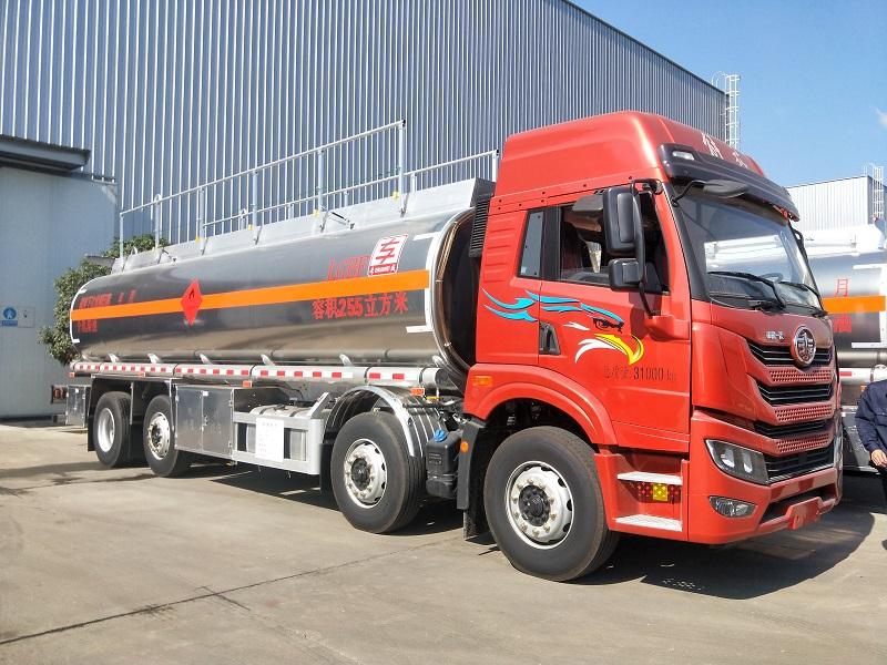 专威牌HTW5311GYYLCC型铝合金运油车 20吨油罐车视频