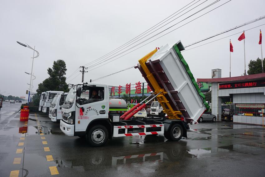 東風多利卡8噸勾臂垃圾車視頻