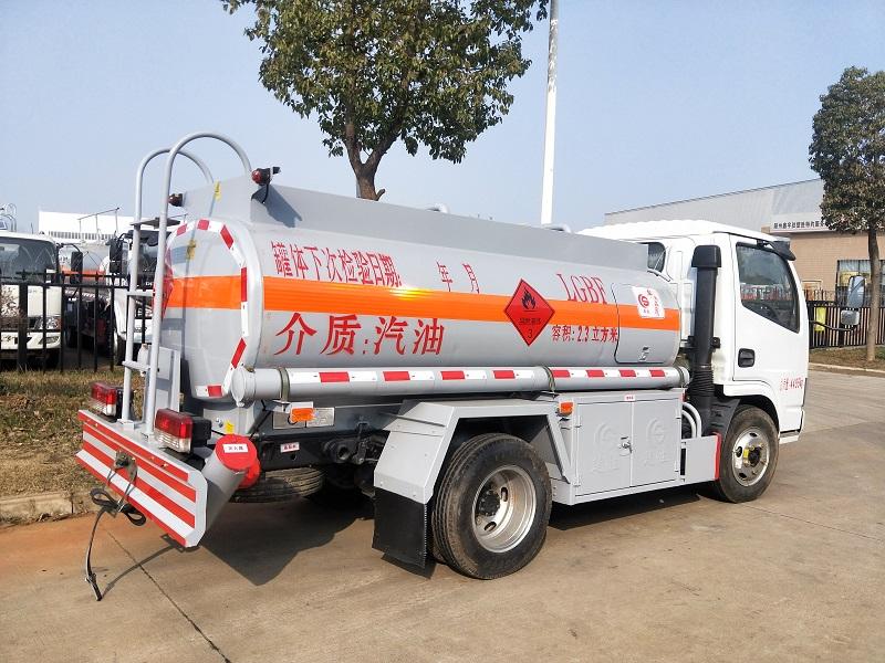 楚勝藍牌2噸油罐車廠家 東風2.3方加油車送貨上門  視頻視頻