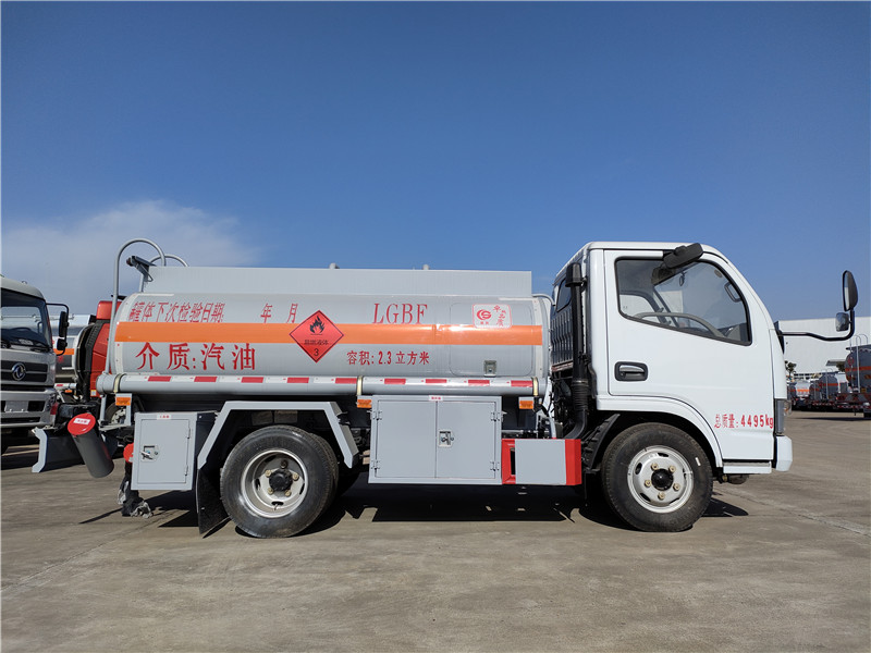 国五2吨油罐车 蓝牌不超重加油车 东风2.3方油罐车报价视频
