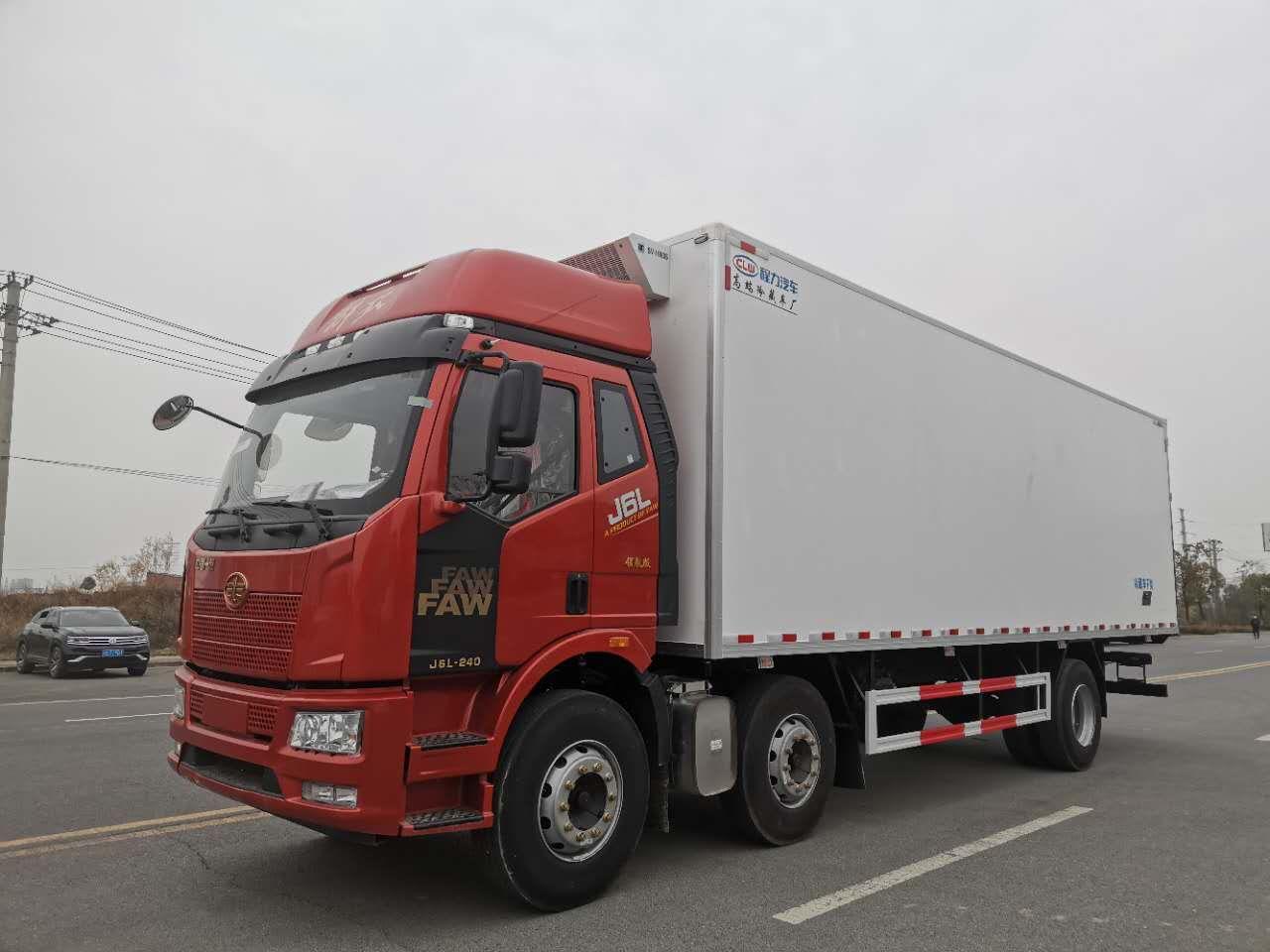 解放J6L小三轴冷藏车8.7米