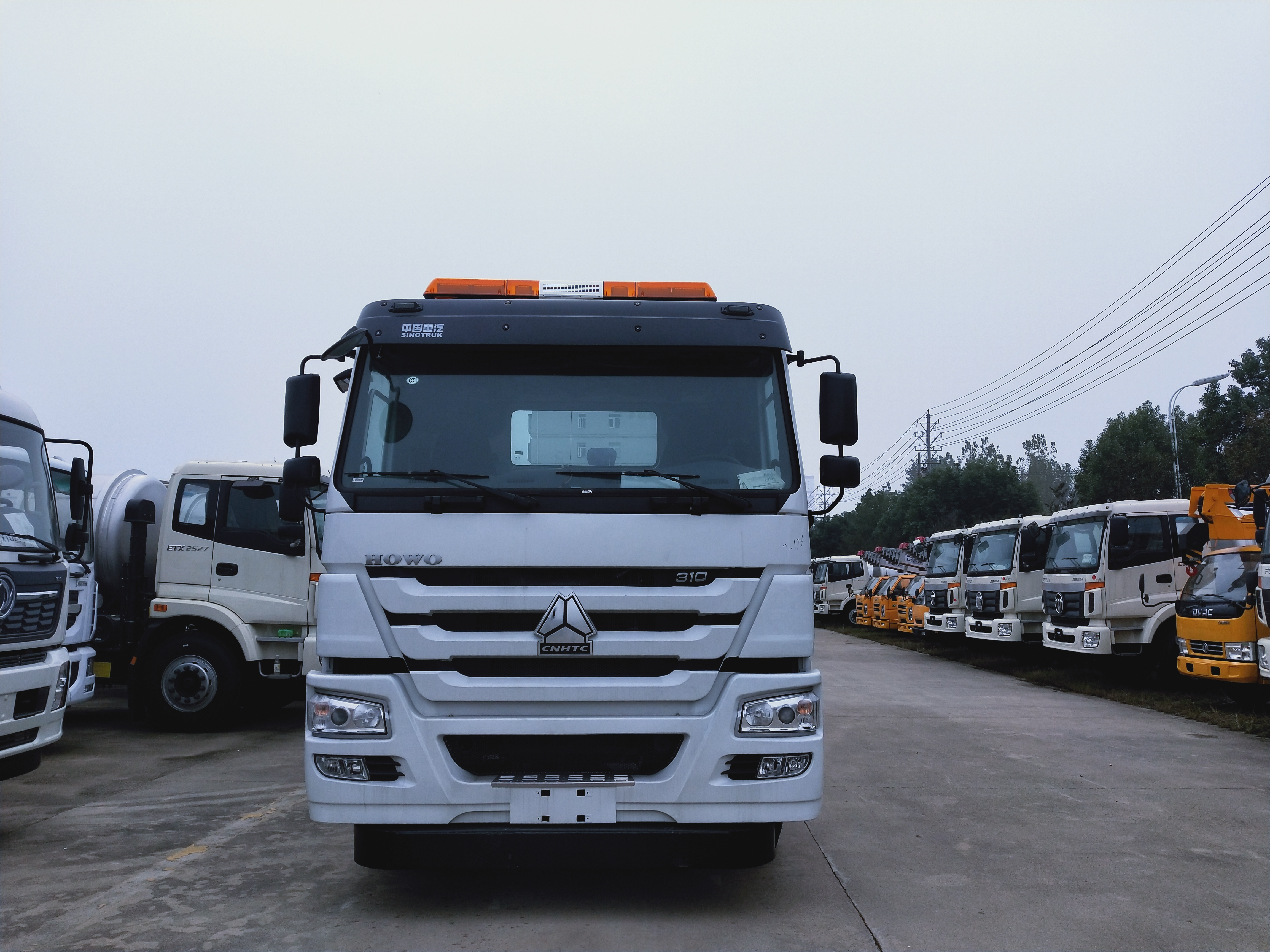 重汽豪沃重型道路救援车拖大挂车实际操作视频视频