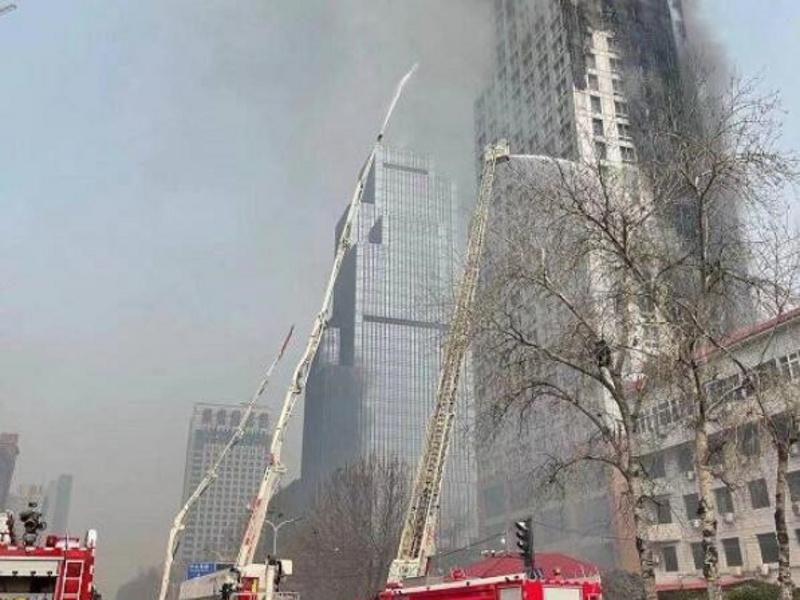 河北石家庄特大火灾,消防队出动举高喷射消防车救援