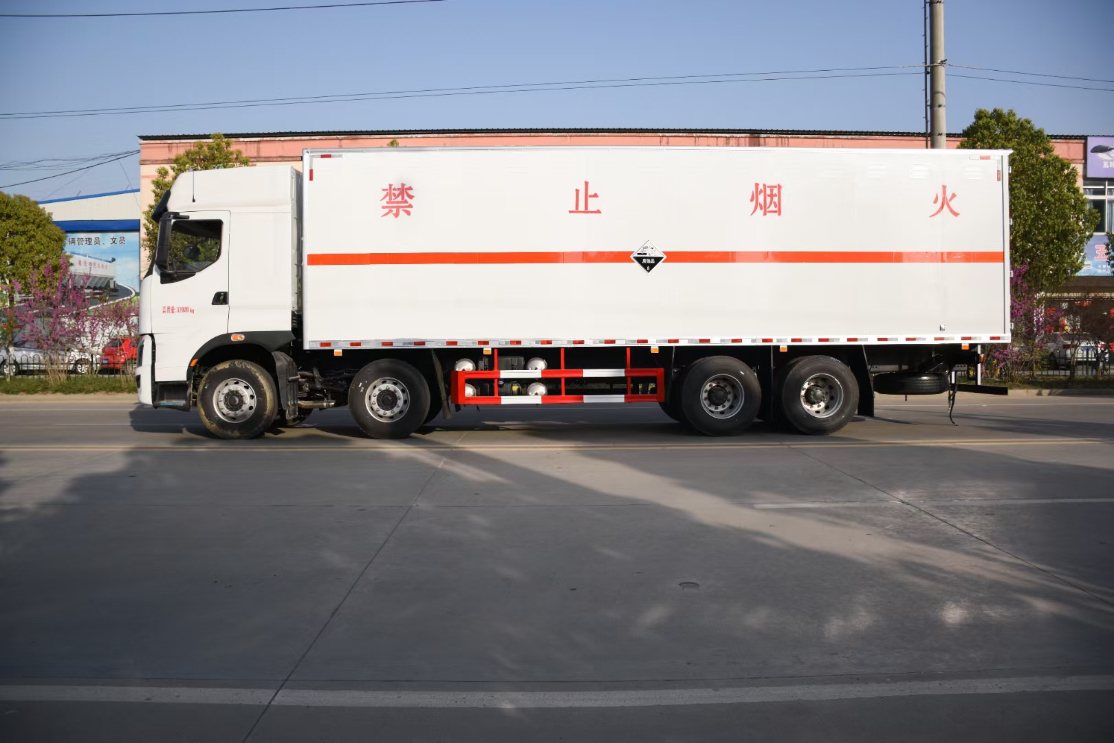 國六前四后八危險品運輸車圖片