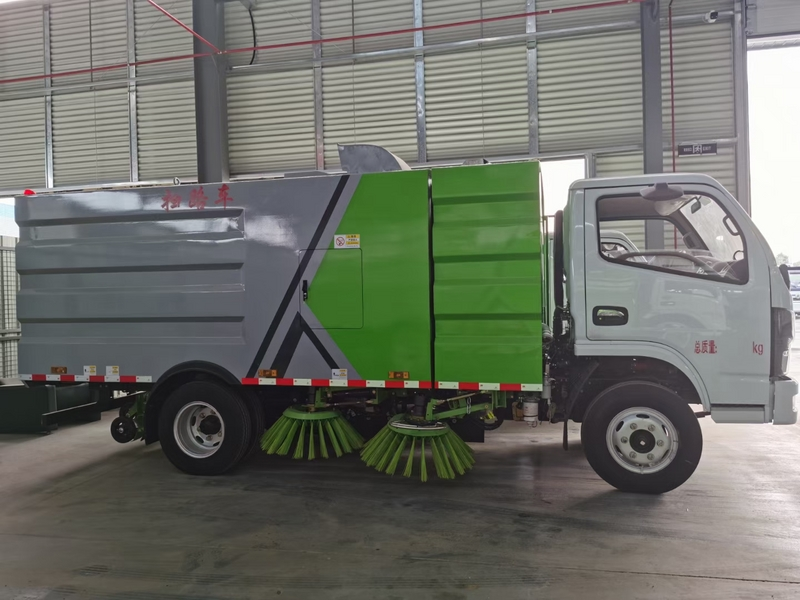 掃路車廠家講述:道路清掃車的水箱要常清洗?
