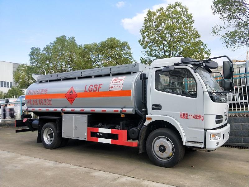 东风8吨油罐车厂家  东风福瑞卡8.2方加油车批发价 危险品柴汽油加油车包上牌图片