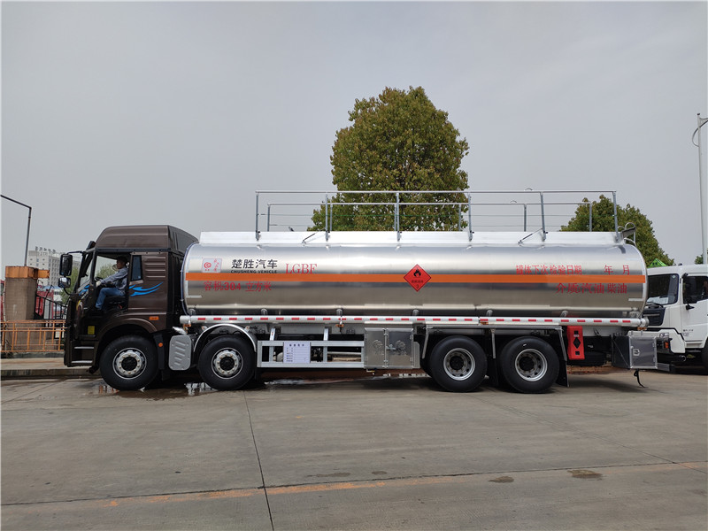 一汽解放悍V前四后八30.4立方铝合金运油车 20吨油罐车图片