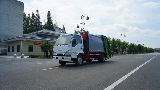 国六五十铃6方垃圾压缩车视频