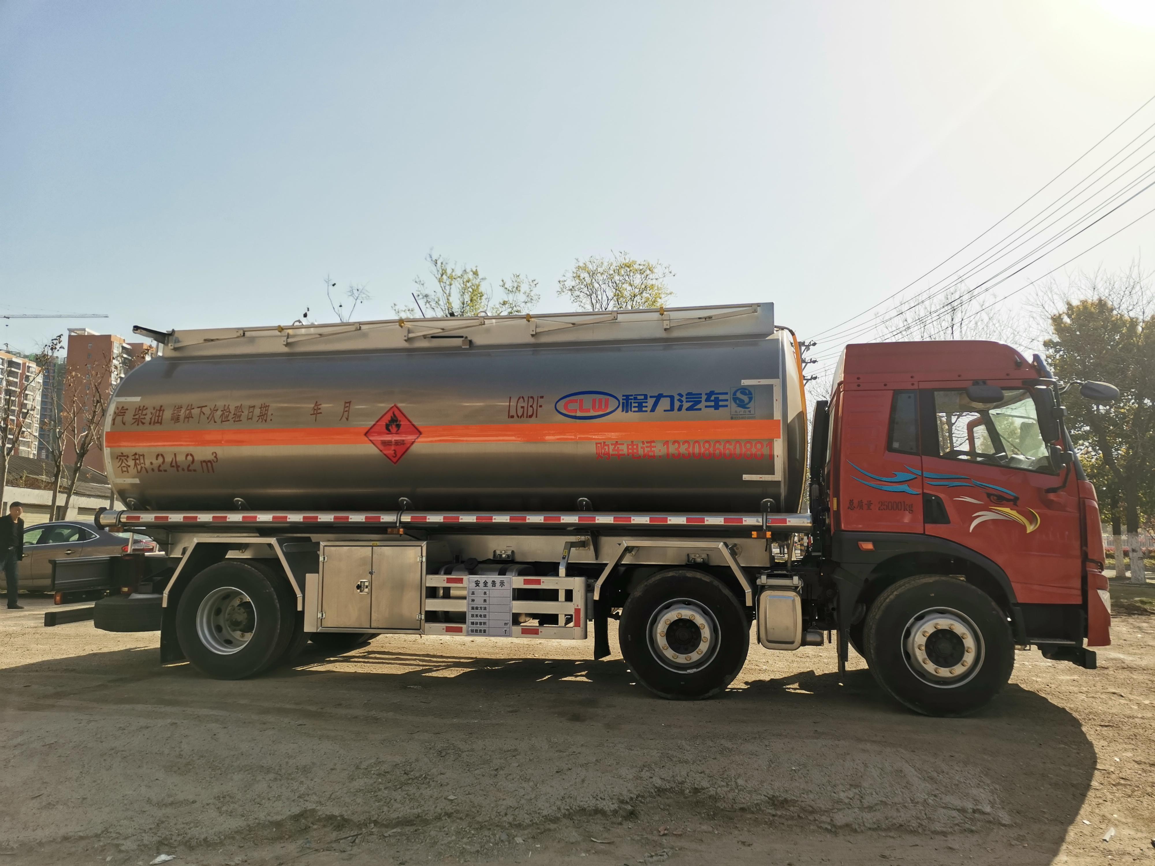 满载20吨24.2方青岛解放前四后四铝合金运油车视频