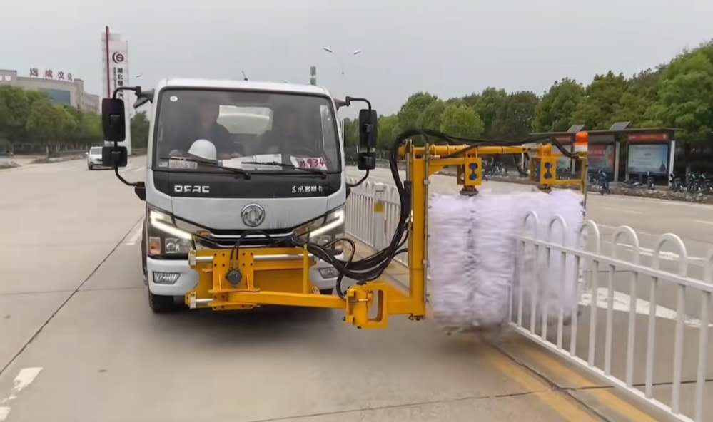 5方东风洒水车加装城市护栏清洗设备厂家检测视频视频