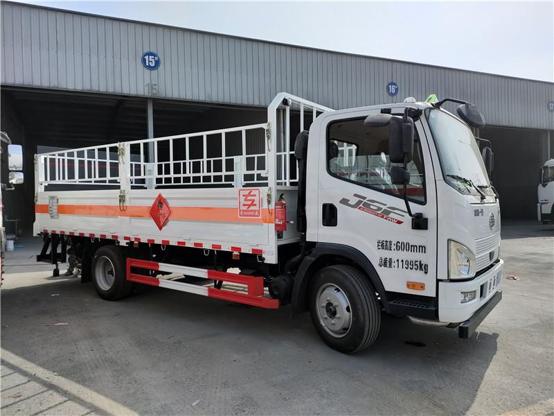 解放气瓶运输车 5米2工业气瓶运输车 二类危险品仓栏车视频视频