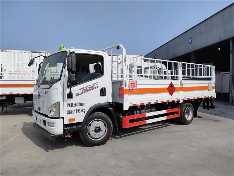 专威牌国六解放J6F气瓶运输车 5米2二类危险品仓栏车图片